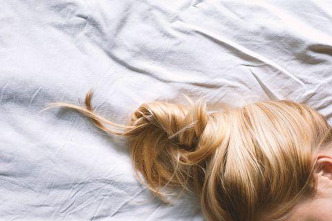 ...म्हणून रात्री झोपताना केस बांधा!