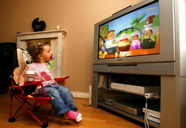 लहान मुलांमध्ये टीव्ही आणि मोबाईलमुळे दृष्टीदोष