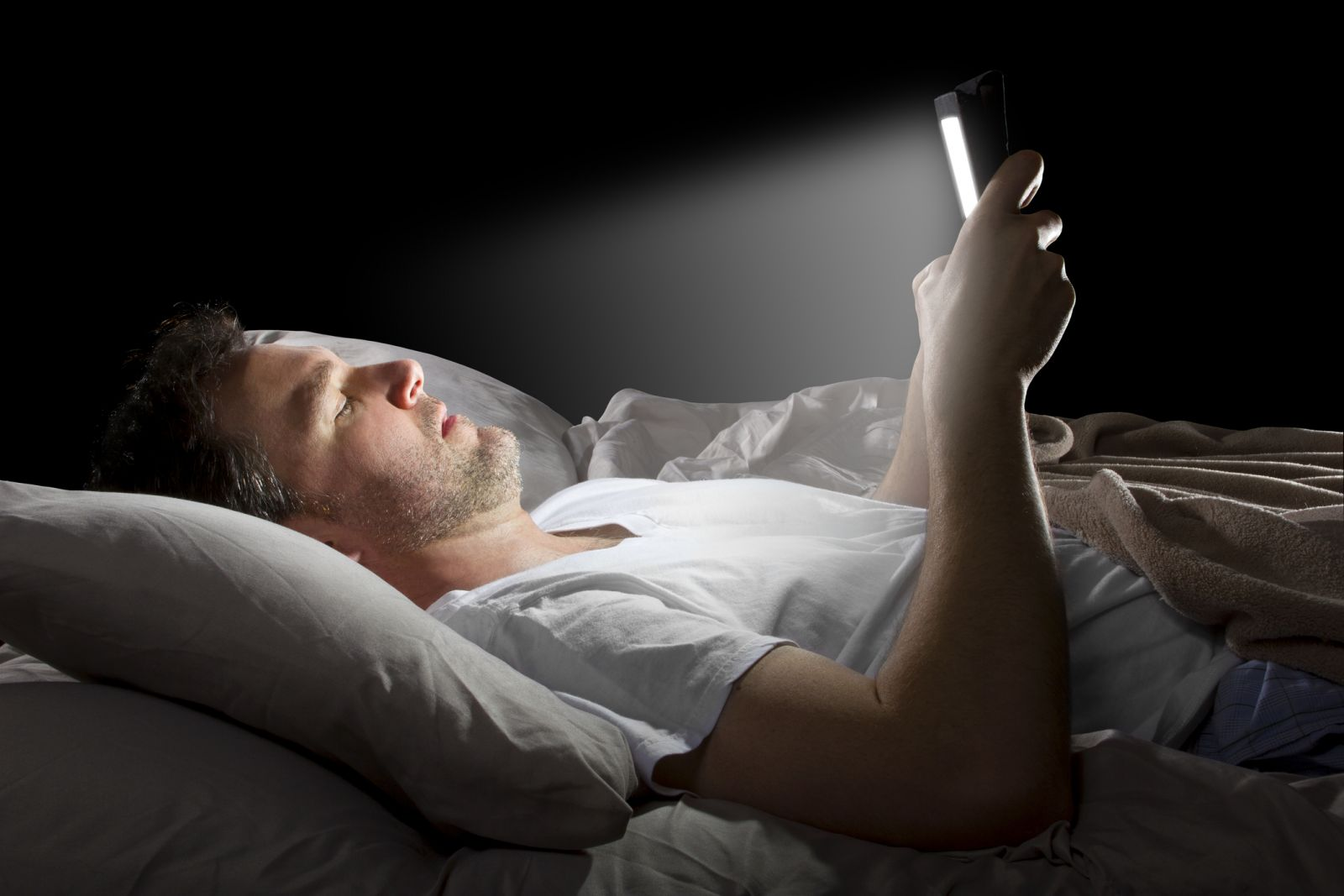 How Does Browsing On Phone Before Sleep Affect Your Health?