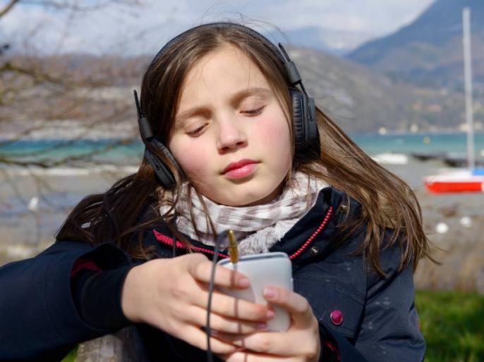 फोनवर मोठ्या आवाजात गाणी ऐकणं धोकादायक, मग किती वेळ हेडफोन वापरणं योग्य?
