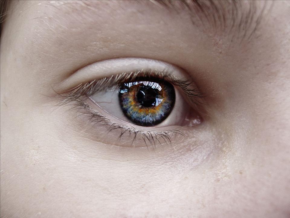 डोळ्याचे आरोग्य उत्तम ठेवण्यासाठी 'या' सवयी टाळा