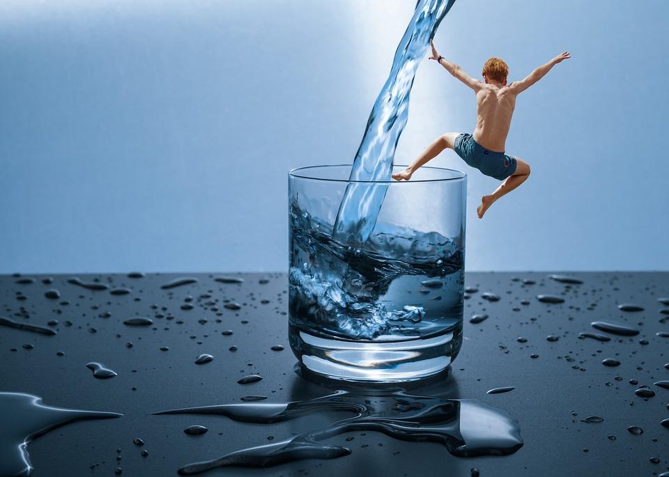 सकाळी उपाशीपोटी पाणी पिण्याचे 6 फायदे