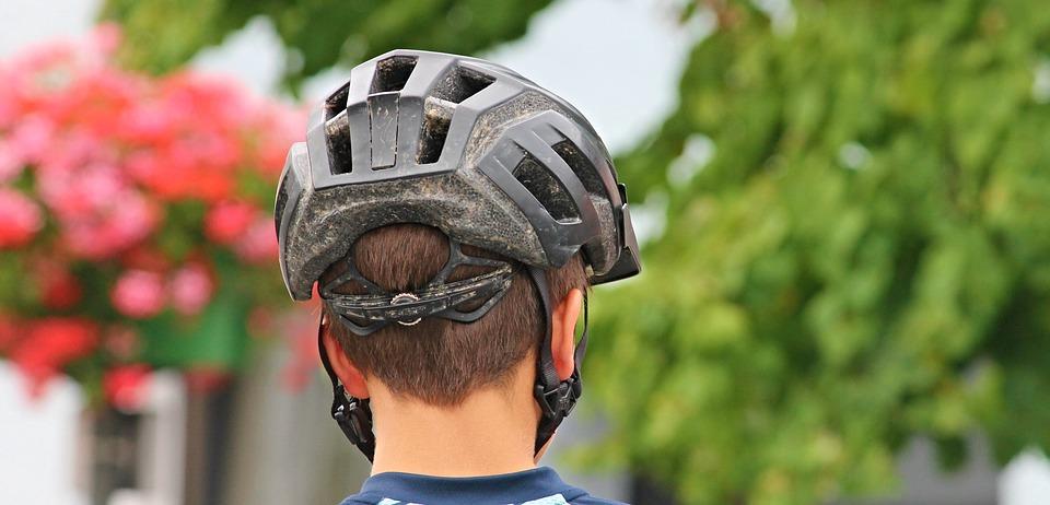 हेल्मेटच्या वापरामुळे खरंच केसगळती वाढते का?
