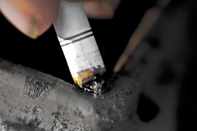 किशोरवयात धूम्रपान करणारी मुले ड्रग्जच्या आहारी
