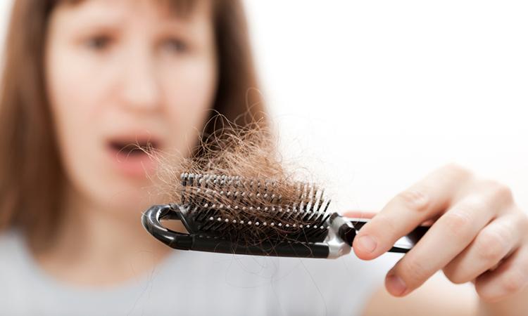 तेल लावल्याने केस गळतात का ?